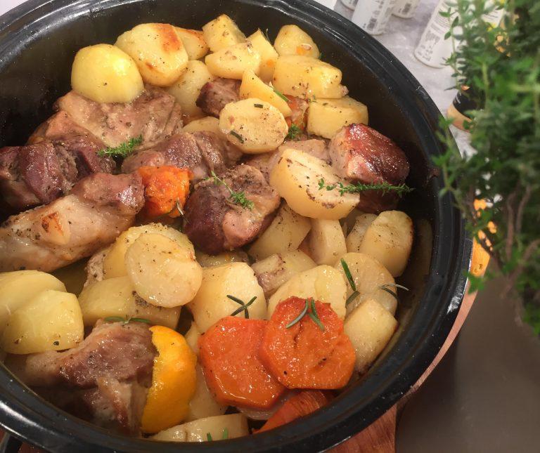 Χοιρινό ραγού με λαχανικά στη γάστρα